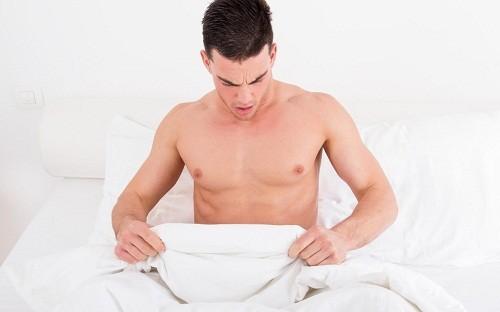 Trong thời gian ủ bệnh, người bệnh thường có biểu hiện nóng rát ở bộ phận sinh dục, sau đó xuất hiện các nốt nhú, có thể mọc thành cụm, tiếp đó hình thành mụn nước, mụn mủ, vỡ ra gây lở loét, cảm giác đau nhức.
