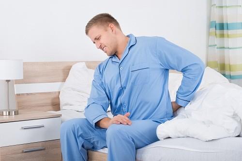 Triệu chứng lâm sàng của viêm tuyến tiền liệt cấp tính có thể là đau ở tuyến tiền liệt, tiểu rắt, tiểu buốt, đau rát hoặc khó khăn khi đi tiểu, nước tiểu hoặc tinh dịch có lẫn máu, có cảm giác đau khi xuất tinh