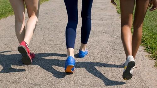Nên cố gắng đi bộ nhẹ nhàng sau khi phẫu thuật cắt tử cung để tránh nguy cơ hình thành cục máu đông.