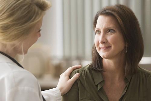 Hỏi ý kiến bác sĩ về liệu pháp hormon thay thế nếu lo lắng về các triệu chứng của thời kỳ mãn kinh thường gặp sau khi cắt bỏ tử cung.