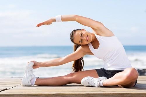 Nhiều người cho biết đã giảm được đau lưng nhờ các hoạt động kéo giãn cơ bắp thường xuyên như tập yoga.