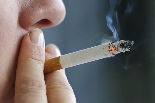 Hút thuốc có thể làm tăng nguy cơ loãng xương cột sống và các vấn đề về xương khác.
