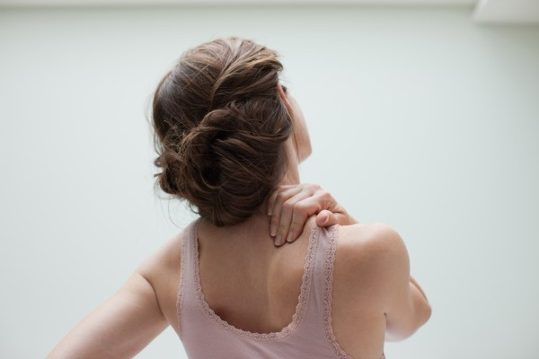 Đau nhức cơ bắp và khớp xương, cánh tay yếu và có xu hướng phát triển hội chứng ống cổ tay (tê và teo bàn tay), hội chứng ống cổ chân… đều có thể là dấu hiệu của suy giáp.