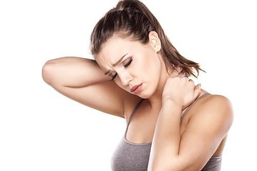 Đau nhức, cứng cơ ở vai, đùi là dấu hiệu của bệnh lý tuyến giáp.