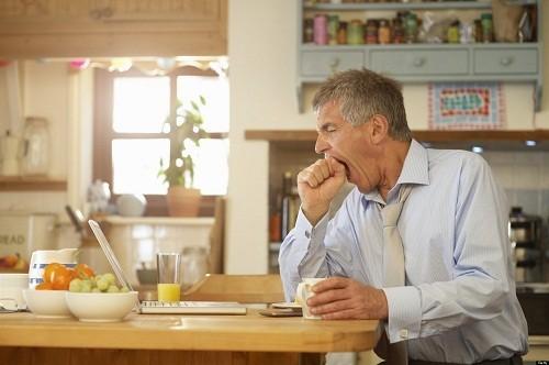 Suy giáp thường khiến người bệnh cảm thấy mệt mỏi và nhạy cảm với lạnh, nhiều trường hợp còn bị sụt cân.