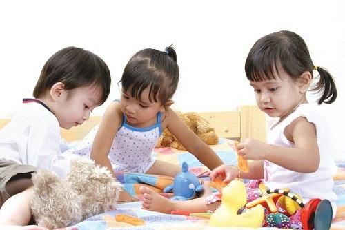 Trẻ thường có các triệu chứng tương tự như người lớn nhưng vì hormone tuyến giáp kiểm soát sự phát triển nên trẻ sẽ chậm phát triển hơn so với mong đợi.