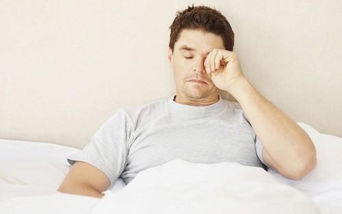 Các triệu chứng cường giáp thường gặp ở nam giới bao gồm mệt mỏi, chán ăn, tăng tiết mồ hôi, bồn chồn, không chịu được nhiệt, khó tập trung và giảm cân không rõ lý do.