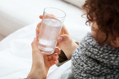 Uống nhiều nước để giữ cho cổ họng luôn ẩm và ngăn ngừa tình trạng mất nước là cách hiệu quả để giảm các triệu chứng khó chịu của viêm amidan.