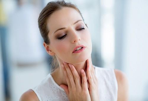 Mặc dù không phải là trường hợp khẩn cấp nhưng người bệnh vẫn nên đi khám bác sĩ khi bị sưng amidan để tránh các biến chứng nguy hiểm.