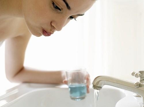 Súc miệng thường xuyên bằng nước muối ấm là một tỏng những cách chữa sưng amidan tại nhà rất đơn giản nhưng hiệu quả cao.