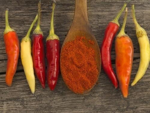 Thức ăn cay như ớt và cà ri có thể gây kích ứng dạ dày và làm trầm trọng thêm vấn đề tiêu hóa hiện có.