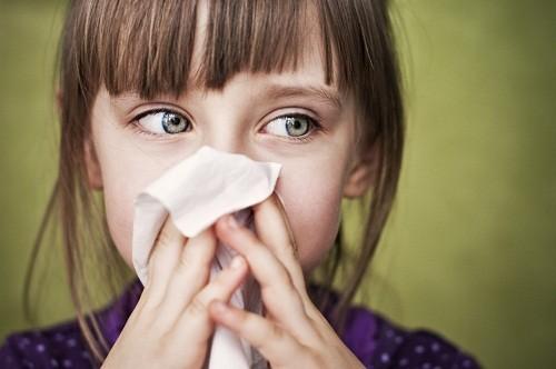 Người bị viêm mũi dị ứng thường gặp các triệu chứng như hắt hơi liên tiếp, chảy nước mũi, chảy nước mắt, ngứa ở tai, cổ và họng.