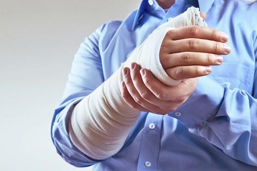 Gãy xương cánh tay chiếm khoảng 3% các gãy xương nói chung, có thể lựa chọn nhiều phương pháp điều trị bảo tồn hoặc phẫu thuật kết xương.