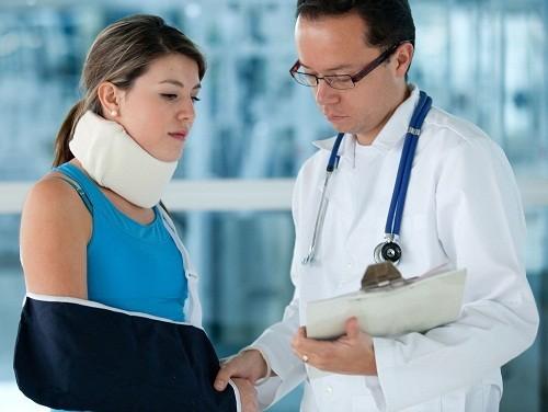 Các trường hợp gãy trật và mất vững gãy xương hở, gãy vụn thì cần được phẫu thuật nắn lại các mặt gãy, bất động đủ vững chắc để tập vận động sớm khớp vai.