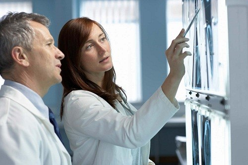 Căn cứ vào tình trạng gãy xương đòn của người bệnh, bác sĩ sẽ tư vấn phương pháp phẫu thuật phù hợp nhất.