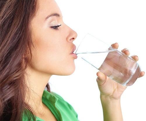 Uống 6 - 8 ly nước mỗi ngày để đẩy vi khuẩn ra khỏi bàng quang.