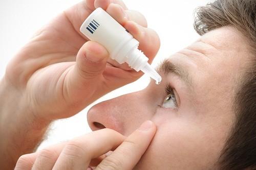 Sử dụng thuốc muối sinh lý để nhỏ mắt nếu cảm thấy mắt bị khô.