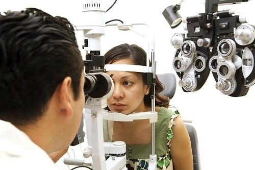 Đi khám bác sĩ nếu co giật mắt khiến mí mắt bị sụp hoàn toàn hoặc nếu co giật kéo dài lâu hơn một tuần.