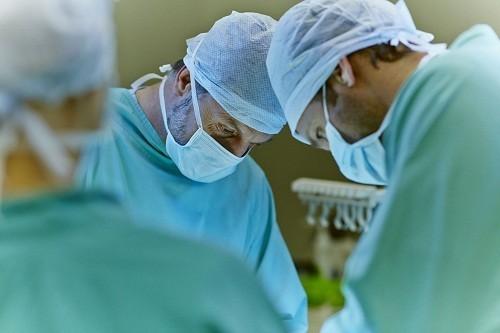 Mổ bướu cổ có nguy hiểm không? Nhìn chung phẫu thuật điều trị bướu cổ được đánh giá là an toàn với tỷ lệ rủi ro xảy ra biến chứng ở mức rất thấp, ước tính là 1 – 2%.