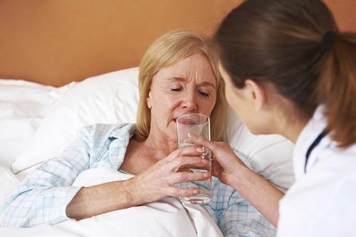 . Ngậm một mẩu nước đá có thể làm dịu cổ họng và giảm khát.