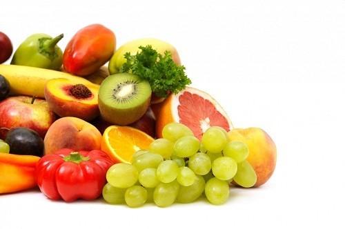 Trái cây và rau quả giàu vitamin C bao gồm dâu tây, quả mâm xôi, quả việt quất, bông cải xanh, súp lơ, rau bina, ớt chuông ngọt...