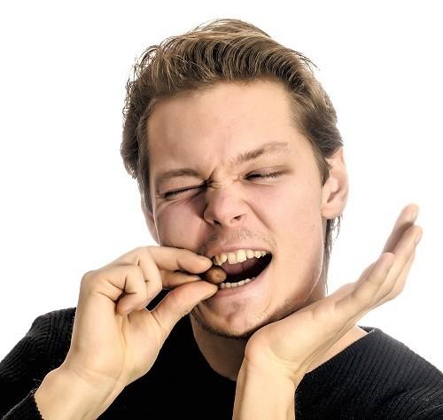 Ăn đồ ăn quá cứng có thể gây nứt, vỡ răng dẫn tới hiện tượng răng ê buốt hoặc làm trầm trọng thêm tình trạng này.