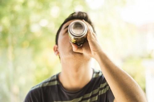 Người bị viêm loét dạ dày tá tràng nên hạn chế cà phê và các loại đồ uống có ga.