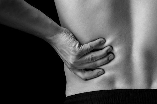 Cơn đau lưng nghiêm trọng dần lan tới bụng dưới bên trái có thể là dấu hiệu cảnh báo sỏi thận hoặc nhiễm trùng đường tiết niệu.