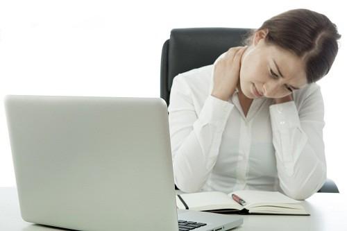 Các hoạt động hàng ngày như ngồi trên bàn làm việc trong nhiều giờ liền hoặc ngồi sai tư thế hay nâng vật nặng quá mức có thể gây căng hoặc co thắt cơ, khiến nhiều người cảm thấy mệt mỏi và khó chịu ở cổ.
