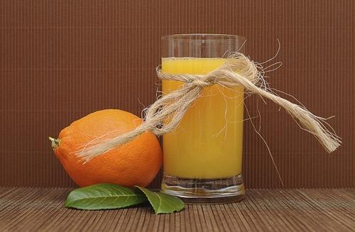 Ngoài lượng chất xơ dồi dào, cam cũng rất giàu vitamin C, cần thiết cho sự phát triển mô và xương của thai nhi. Thường xuyên ăn cam cũng là cách củng cố hàm lượng chất sắt, giúp cơ thể sản xuất thêm nhiều tế bào hồng cầu, phục vụ cho sự phát triển của thai nhi và nhau thai.