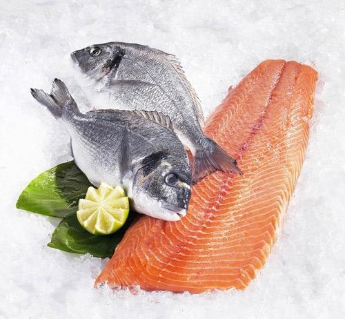 Axit béo omega-3 (hay còn gọi là DHA và EPA) trong cá giúp não em bé phát triển và thông minh hơn.