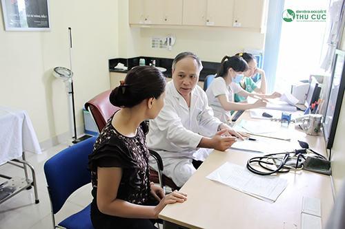 Trước hết bác sĩ kiểm tra thể chất và xem xét tiền sử bệnh của khách hàng để đánh giá tình trạng sức khỏe và chỉ định phương pháp phẫu thuật phù hợp.