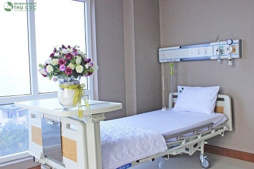 Hệ thống giường bệnh hiện đại, tiện nghi cùng sự chăm sóc chu đáo của đội ngũ y bác sĩ sẽ giúp người bệnh nhanh chóng phục hồi sau phẫu thuật.