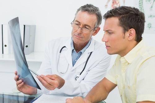 Tùy thuộc vào tình trạng cụ thể của người bệnh, bác sĩ sẽ yêu cầu thực hiện xét nghiệm máu, xét nghiệm nước tiểu, điện tâm đồ hoặc chụp X quang.