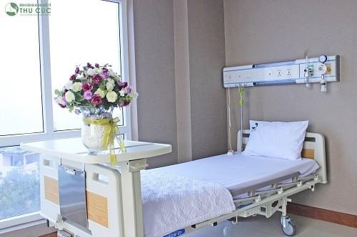 Hệ thống giường bệnh tiện nghi, thoải mái cùng sự chăm sóc tận tình của đội ngũ nhân viên y tế chuyên nghiệp sẽ giúp người bệnh phục hồi nhanh chóng sau phẫu thuật điều trị viêm ruột thừa.