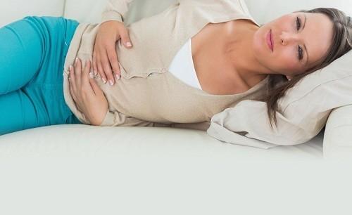 Cơn đau viêm ruột thừa thường bắt đầu ở vùng bụng trên, thường là trên rốn.