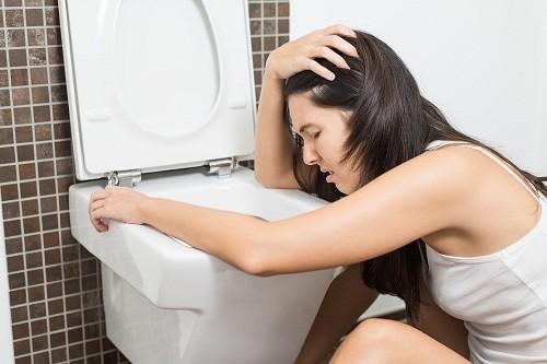 Buồn nôn có thể là nguyên nhân dẫn tới tình trạng tăng tiết nước bọt trong thai kỳ ở nhiều chị em.