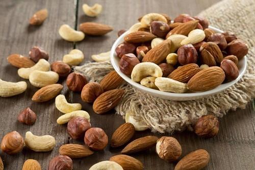 Hạnh nhân và các loại hạt khác cũng tốt cho hệ tuần hoàn vì chúng có chứa nhiều vitamin E tốt cho tim và chất béo không bão hòa đơn.