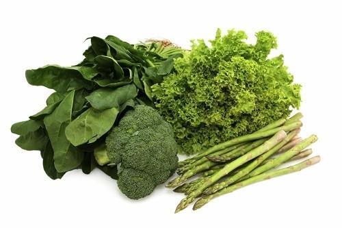 Các loại rau màu xanh đậm rất giàu  canxi, magiê và kali - các chất này giúp làm giảm và ngăn chặn sự co thắt dẫn đến hiện tượng chuột rút trong chu kỳ kinh nguyệt.