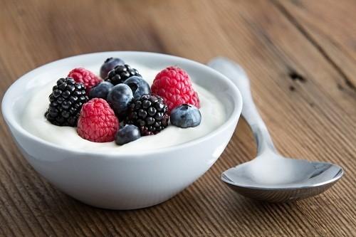 Sữa chua cũng cung cấp nhiều canxi và tiêu thụ gấp đôi lượng canxi cần thiết mỗi ngày (từ 600 g lên 1300 mg) sẽ giúp giảm bớt các triệu chứng khó chịu trong những ngày có kinh nguyệt.