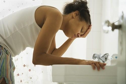 Buồn nôn cũng là triệu chứng của u nang buồng trứng vỡ.