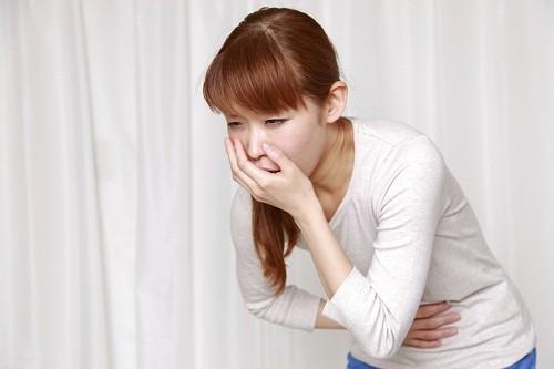 Ói mửa xảy ra do chất lỏng rò rỉ từ u nang vỡ.