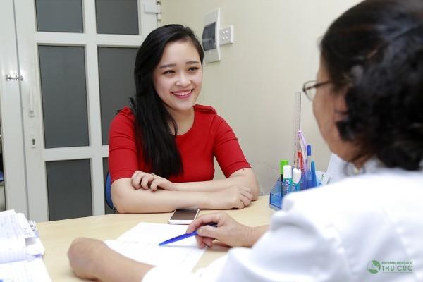 Bác sĩ Kim Thị Phúc tư vấn cho khách hàng về việc chuyển viện sinh (minh họa)