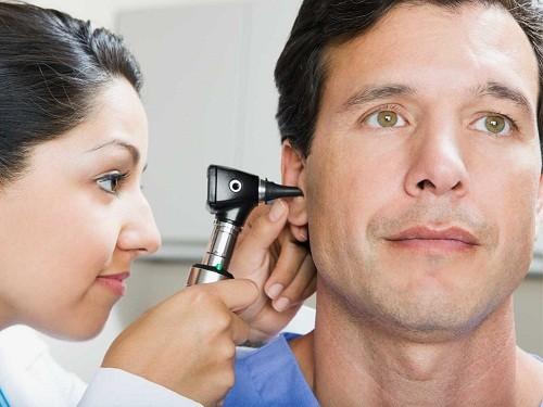 Để xác định nguyên nhân gây ra chứng ù tai, trước hết bác sĩ sẽ tiến hành khám tai người bệnh.