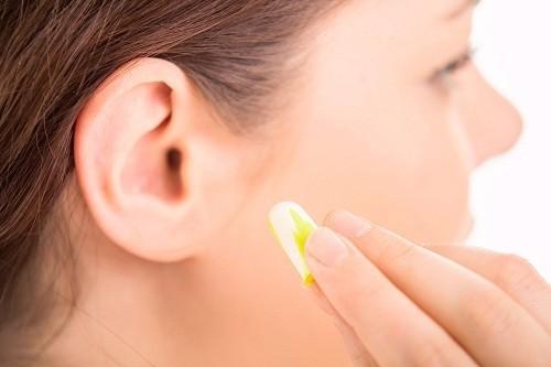 Nếu  ù tai là do kết quả của việc tiếp xúc với tiếng ồn lớn, người bệnh có thể điều trị bằng cách tránh tiếp xúc với tiếng ồn hoặc sử dụng dụng cụ che chắn tai.