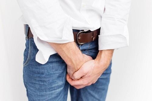 Đi tiểu nhiều và luôn có cảm giác muốn tiểu, tiểu khó, tiểu buốt, tiểu không hết... là những triệu chứng có thẻ gặp của u xơ tuyến tiền liệt.