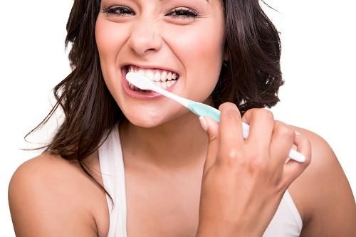 Đánh răng ít nhất 2 lần/ngày và dùng chỉ nha khoa ít nhất 1 lần là biện pháp rất đơn giản để giữ cho hơi thở luôn thơm tho đồng thời bảo vệ sức khỏe răng miệng hiệu quả.