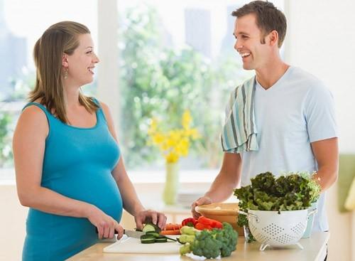 Mẹ bầu huyết áp thấp nên tăng cường rau củ quả trong khẩu phần ăn.