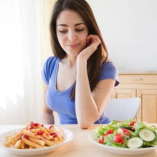 Ăn uống thất thường cũng là nguyên nhân gây rối loạn kinh nguyệt.
