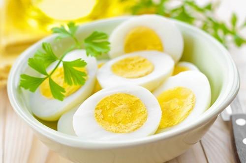 Trứng luộc kỹ có hàm lượng protein cao. Lòng trắng chứa nhiều protein, còn lòng đỏ có đầy đủ chất dinh dưỡng có giá trị như choline – chất đóng vai trò quan trọng trong não và hệ thần kinh của thai nhi; folate giúp ngăn ngừa dị tật ống thần kinh.